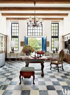 The moment I came across the article in Architectural Digest, featuring this Cape Dutch house, I could hardly believe that this house was built in Baton Rouge, Louisiana. Baton Rouge Cape Dutch inspired house, seen by the lake. Interior Desing, Interior Inspiration, Interior And Exterior, Modern Exterior, Design Inspiration, Design Entrée, Home Design, Design Concepts, Blog Design
