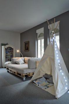 pallets +big fluffy cushions + lockable casters = sofa cum sparebed