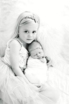 Newborn Baby and Big Sister. B Couture Photography Newborn Baby and Big Sister Foto Newborn, Newborn Poses, Baby Girl Newborn, Newborn Shoot, Newborns, Sister Photography, Newborn Baby Photography, Children Photography, Photography Poses