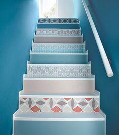 Posées en alternance avec de la peinture, des bandes de papier-peint, de motifs variés, rénovent et mettent en valeur un escalier étroit, un peu fatigué. Le dessus des marches a été recouvert d'une peinture spéciale