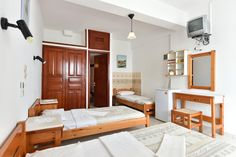 Nikolas Naousa Guesthouse    Featuring free WiFi, Nikolas Naousa Guesthouse offers accommodation in Náousa. All rooms include a TV. Views of the sea, mountains or city are featured in certain rooms.