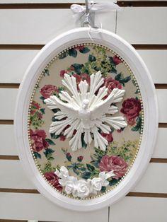 Quadro em MDF, revestido em tecido, com aplicação de Divino Espírito Santo em resina. Detalhes em pérolas e flores em resina.