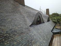 Сланцевая крыша в Корнуолле. Особенность таких крыш в том, что сланцевая плитка укладывается, монтируется на известковом растворе, цементе