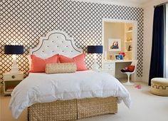 massucco-wanner-miller-interior-design-decoration-girls-bedroom-blue-trellis-pattern-wallpaper-upholstered-tufted-headboard-and-coral-pillows-white-duvet.jpg (320×231)