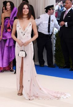 See the Met Gala 2017 dresses on Vogue. Don't miss all the Met Gala 2017 red-carpet dresses as they arrive. From Rihanna and Beyonce to Katy Perry and Blake Lively, see the Met Gala dresses for 2017 here. Vestido Selena Gomez, Selena Gomez Style, Celebrity Red Carpet, Celebrity Dresses, Celebrity Style, Met Gala 2017 Dresses, Kendall Jenner, Inspiration Mode, Costume Institute