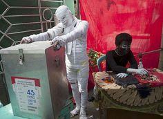 大选投票期间,投票站工作人员装扮成木乃伊等恐怖造型,吸引选民前来投票,同时警醒未来的领导人要摒除政党内的「罪恶行为」, 印尼 泗水 Surabaya Indonesia 。投票工作已于7月9日下午结束,两名候选人都宣称自己在竞选中获胜。最终计票结果将于21日公布。摄影师:Juni Kriswanto
