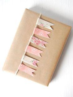 Leuk idee om een kado in te pakken met een touwtje en tape of papier. #inpakken #wrap