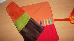 DIY Trousse à crayons réalisée avec des chutes de tissus Diy Trousse, Crayons, Rose, Simple, Fabrics, Pink, Colouring Pencils, Roses, Colored Pencils