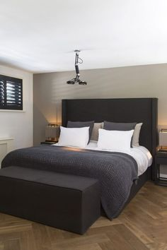 Colors For the Small Bedroom – Black and White Eternity For the Small Bedroom dazzling Master Bedroom Decorating Ideas. Small Master Bedroom, Bedroom Black, Master Bedroom Design, Bedroom Neutral, Master Bedrooms, White Bedrooms, Bedroom Apartment, Home Decor Bedroom, Bedroom Ideas