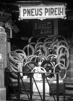 1º Salão Automóvel, Lisboa, Portugal 1º Salão Automóvel realizado no Coliseu dos Recreios em Lisboa, 1925. Fotógrafo: Mário Novais, 1899-1967. Data de produção da fotografia original: 1925.
