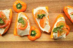 Op zoek naar een simpele, gezonde maar lekkere partysnack. Hier hebben wij een heerlijk recept voor: mini paprika met hummus. Gezonder kan het niet en lekkerder ook zeker niet. Perfect voor op een hapjes plank of tijdens een verjaardag.