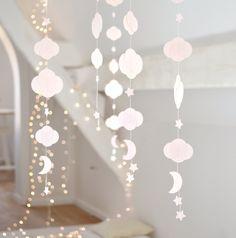 Guirlande en papier réalisée à la main, composée de nuages, d'étoiles, et d'une lune... Nuages de différentes tailles (3cm x 3,5cm et 5cm x... Decoration Creche, Diy Paper, Paper Crafts, Star Nursery, Diy Garland, Diy Décoration, Origami Art, Pink Christmas, Diy And Crafts