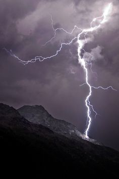 Lightning strikes inside my chest to keep me awake. Dream of ways to make you feel my pain. Ride The Lightning, Thunder And Lightning, Lightning Strikes, Lightning Storms, Lightning Images, Weather Cloud, Wild Weather, Tornados, Natural Disasters