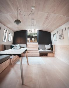 Katharine Docks, this stunning minimalist houseboat is on the market. Named the Dusky Parakeet, the modern canal boat was designed by award-winning practice Architects. Houseboat Decor, Houseboat Living, Barge Interior, Barge Boat, Narrowboat Interiors, Floating House, Tiny House Movement, Deco Design, Rustic Design