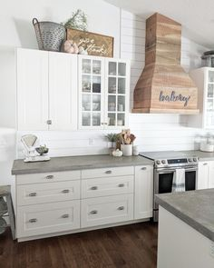 Cooking with Coifa: Projects, Tips and Beautiful Photos! - Home Fashion Trend Interior Modern, Home Interior, Top Of Cabinets, Above Cabinets, Open Cabinets, Decorating Above Kitchen Cabinets, Farmhouse Kitchen Cabinets, Kitchen Soffit, Kitchen Remodelling