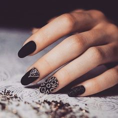 10 Beautiful Black Nail Art Designs to Try Right Now! Black Gold Nails, Black Nail Art, Matte Nail Art, Gel Nail Art, Black Nail Designs, Cool Nail Designs, Cute Gel Nails, Special Nails, Nail Art Pictures