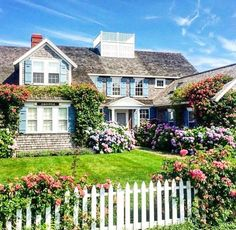 From Holly Phillips The English Room s Travel Guide to Nantucket Nantucket Cottage, Beach Cottage Style, Nantucket Island, Nantucket Style Homes, Cottages By The Sea, Beach Cottages, Architecture Design, House Goals, Cottage Homes