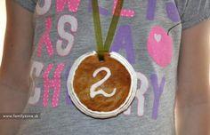 Medovníkové medaile pre deti, vhodné napríklad na rodinné športové podujatie aj s receptom na chutné mäkké medovníčky (klik na fotku pre zobrazenie)