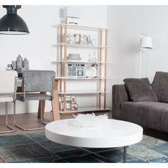 De Zuiver High On Wood Boekenkast heeft een fraai design. De combinatie van de witte, glossy planken en de eikenhoutconstructie geeft de kast een serene uitstraling. Een prachtig item voor in een modern interieur.