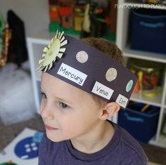 Space Solar System hat-What an awesome outer space craft for kids! Make solar system hats to teach them the order of the planets. Great space activity for kindergarten and first grade. Kid Science, 1st Grade Science, Kindergarten Science, Science Activities, Camping Activities, Earth Science, Science Projects, Planets Activities, School Projects
