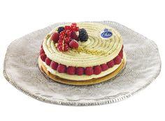 L'Antares  Macaron pistache, crème mousseline à la pistache et framboises fraîches.  www.stohrer.fr
