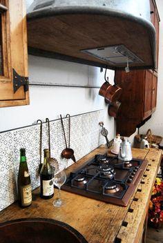 Cucina Vintage è una rielaborazione artigianale e fantasiosa del concetto di recupero, applicato ad un vecchio banco da lavoro da falegname.
