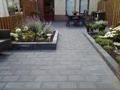 Met deze luxe stapelblokken zorg je ervoor dat jouw tuin een levendige uitstraling krijgt. Sidewalk, Home And Garden, Patio, Outdoor Decor, Plants, Home Decor, Lush, Decoration Home, Room Decor