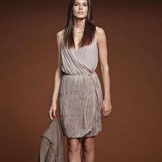 Rochie plisata disponibila pe gri taupe si negru. Cusătură elastică la talie - Bază plisată formă gogoşar - Lungime aprox 95 cm. Formal Dresses, Fashion, Dress Ideas, Fashion Ideas, Dress Skirt, Colors, Dresses For Formal, Moda, Formal Gowns