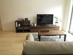 ウォールナット柄のテレビボード&シェルフ!テレビボードの天板の高さとシェルの棚の高さがちょうどいい高さで合わせることができました。(インテリアショップBIGJOY)
