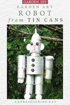 Use metal food cans to create this cute garden art robot. Recycled Plastic Bags, Recycled Crafts, Recycled Clothing, Recycled Fashion, Soda Can Crafts, Soda Can Art, Tin Can Man, Tin Man, Diy Home Crafts