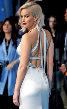 Jennifer Lawrence on the blue carpet premiere of #XmenApocalypse in London. 09/05/16.