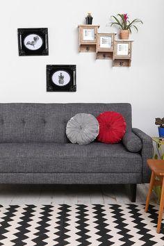 グレーのソファに赤のクッション、このジグザグ模様のラグはクラシカルモダンな雰囲気がでてかっこいい。このクッションは丸いからいい。