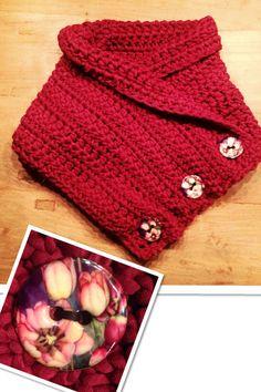 Crochet chunky button cowl, scarf, oversized. Zelf gehaakte col. Haaknaald 10 en hele dikke zachte wol. Ketting van 60 steken opgezet. Daarna 13 rijen stokjes gehaakt. 3 knopen van cocosnoten-hout. In een middagje klaar. Ook voor beginners goed te doen.