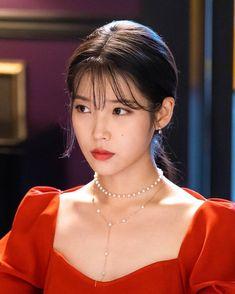 Korean Actresses, Korean Actors, Girl Photo Poses, Girl Photos, Iu Twitter, Cut Pic, Iu Hair, Luna Fashion, Diy Fashion Hacks