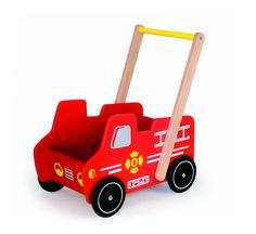 Duwwagen brandweerwagen Wat is er leuker dan je eerste stappen zetten achter deze prachtige houten duwwagen. Deze duwwagen is niet alleen geschikt als ondersteuning bij de eerste wankele stapjes in de wijde wereld, de brandweerwagen is ook leuk om je speelgoed mee te verplaatsen. Een pop, beer of gewoon alle auto's die je vinden kan. Je kunt werkelijk van alles kwijt in deze prachtige brandweerbak. Tatuut tatuut daar komt de brandweer aan!