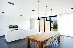Niedrigenergiehaus in Filsdorf - Haus Kieffer von STEINMETZDEMEYER architectes urbanistes   homify Roof Design, Küchen Design, Interior Design Tips, Interior Decorating, Interior Ideas, Cocinas Kitchen, Concrete Kitchen, Concrete Floor, Cuisines Design
