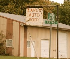 KARL'S AUTO BODY in Staunton Illinois  http://route66jp.info Route 66 blog ; http://2441.blog54.fc2.com https://www.facebook.com/groups/529713950495809/