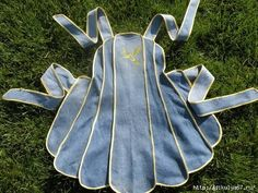 recycled denim - vintage pattern apron Great place to check out denim ideas. Jean Crafts, Denim Crafts, Sewing Aprons, Sewing Clothes, Denim Aprons, Club Couture, Jean Apron, Denim Ideas, Aprons Vintage