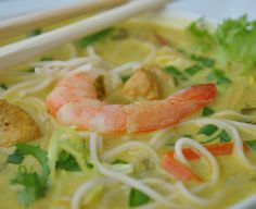 Tajska zupa z krewetkami, kurczakiem, mleczkiem kokosowym i sałatą