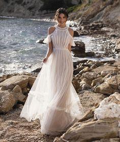 Zartes Brautkleid im angesagten Vintage Stil. Verspielt durch zarte Spitze, Flügelärmel und einem Pünktchen Tüll.