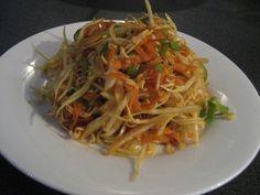 """V míse rozlámeme nudle z čínské hovězí polévky (lepší je """"orientální"""" příchuť, ale na tu jsem v ČR ještě nenar... Chinese Salad, Raw Food Recipes, Recipies, Spaghetti, Vegetables, Cooking, Ethnic Recipes, Vegetable Salads, Rezepte"""