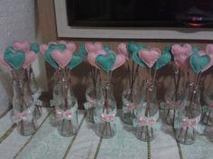 Oi meninas, queria mostrar pra vocês meus arranjos de mesa que serão usados no meu noivado que será sábado agora São garrafinhas decoradas com fita de renda e fita de cetim e com palitinhos de coração dentro, nosso tema será corações em verde menta e