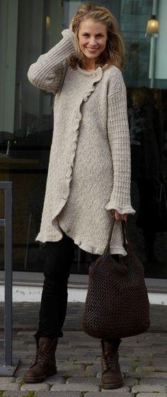 Gratis strikkeopskrifter! Frakken her kan du have glæde af i mange sæsoner, både indenfor og udenfor. Ærmer og krop er strikket i hver sit lille strukturmønster, mens flæsekanterne strikkes på til aller sidst