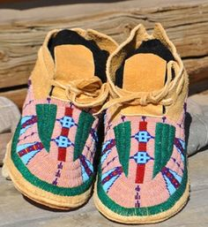 Beading Moccasins from Custer Battlefield Trading Post. Love the green on them! Native American Moccasins, Native American Clothing, Native American Regalia, Native American Pottery, Native American Beadwork, Native American Indians, Beaded Moccasins, Baby Moccasins, Moccasins Mens