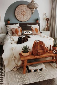 Outstanding 7 Beautiful Bohemian Bedroom Design Idea To Inspire You Want to have a bedroom that can always bring inspiration to you? The bohemian bedroom can be your choice. The appearance of this bohemian-style room d. Bohemian Bedroom Design, Bohemian Rug, Modern Bohemian, French Bohemian, White Bohemian, Bohemian Interior, Boho Bed Room, Moroccan Bedroom Decor, Bohemian Style Bedding
