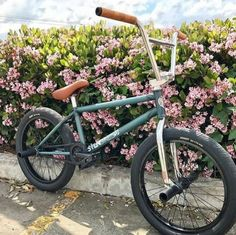 Gorgeous colour schemed BMX in front of some flowers Single Speed Mountain Bike, Best Mountain Bikes, Mountain Biking, Bmx Bicycle, Mtb Bike, Road Bike, Sunday Bmx, Bmx Bandits, Bmx 20