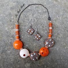 Parure orange en pâte polymère avec perles creuses poncées.
