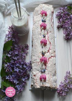 Meringue-Roulade mit Eierlikörcreme und Beeren - sugar&rose Austrian Desserts, Meringue, Ladder Decor, Sweets, Pastries, Roses, Rose Water, Merengue, Berries