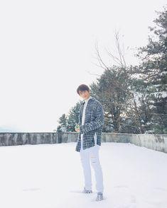 안녕하세요 스트레이 키즈의 현진입니다  이 날은 저희 자켓촬영한 날이에요  옥상에 잠깐 가봤는데 눈이 너무 이쁘게 쌓여있더라고요  그래서 당장 사진을 찍었습니다!!!!!!!!!  어제도 눈이 왔고 앞으로도 눈이 온다는데 다들 미끄러지지 마시고 덧신 신고 다니세요!!!!!!!!!  #StrayKids #스트레이키즈 #눈 #감기 #조심