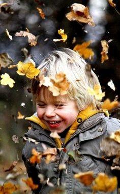 enfant qui joue dans les feuilles...